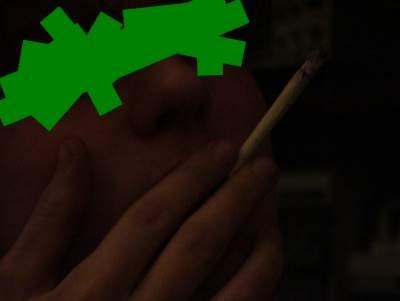 Bild - Typ der den Joint raucht